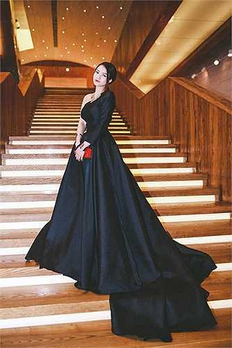 Thủy Top thu hút sự chú ý của quan khách xuất hiện tại một bữa tiệc khi cô diện một chiếc váy màu đen khổng lồ.