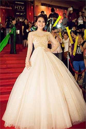 Bộ váy với phần tùng váy 'khủng' giúp diễn viên Ngọc Lan lộng lẫy như một bà hoàng.