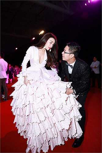 Trà Ngọc Hằng khổ sở di chuyển trong bộ váy được thiết kế từ 150kg vải