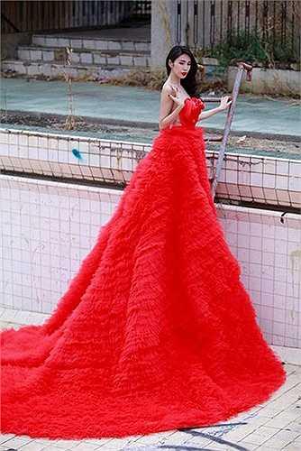 Chiếc váy cưới của Thủy Tiên gây sốc khi có chiều dài đến 8 mét.