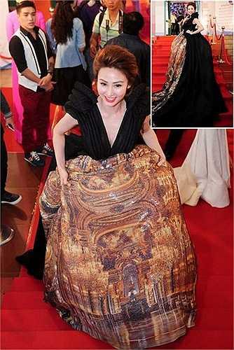 Ngân Khánh cũng chật vật bước đi trên thảm đỏ trong bộ váy khổng lồ của NTK Lý Giám Tiền