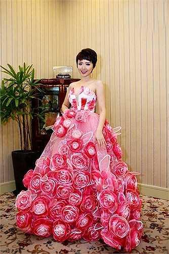 Chiếc váy kết đầy hoa với phần tùng váy rộng chắc hẳn khiến Tóc Tiên rất khổ sở.