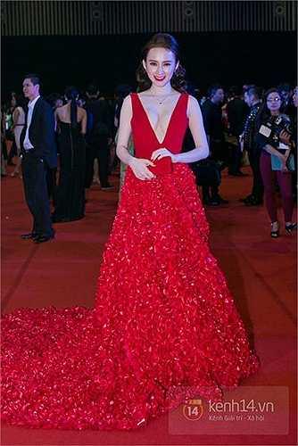 Chiếc váy của Angela Phương Trinh được làm từ 15.000 cánh hoa hồng và 10.000 viên pha lê.