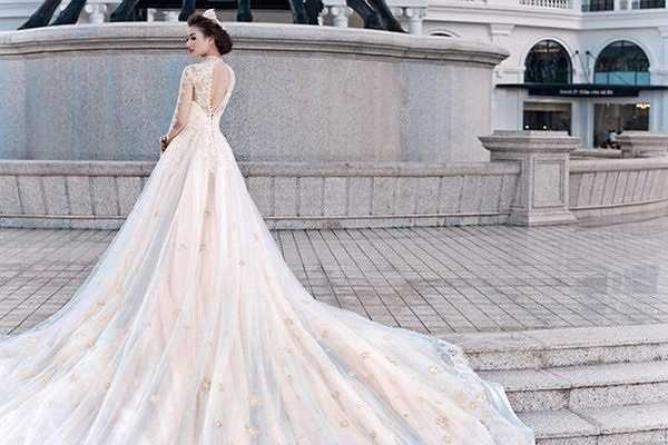 Hồng Quế trong chiếc váy cưới dài 5 mét cực kỳ lộng lẫy.