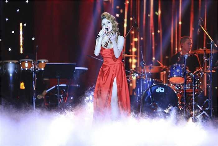 Hai chiếc đầm màu đỏ cắt xẻ táo bạo giúp tôn lên vẻ nóng bỏng của người đẹp.