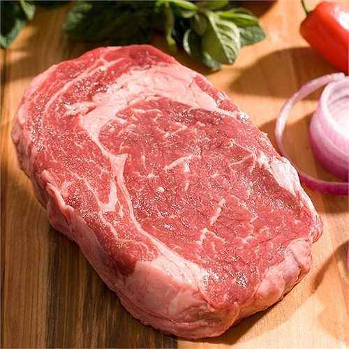 Wagyu Ribeye – 250 USD/ miếng. Loại thịt bò đặc biệt này chỉ có ở các loại bò ở trên đất Nhật Bản. Chúng được nuôi với chế độ đặc biệt, mát-xa hàng ngày và uống bia. Thịt bò loại này thơm ngon và hấp dẫn hơn rất nhiều nên giá của nó khá 'chát'.