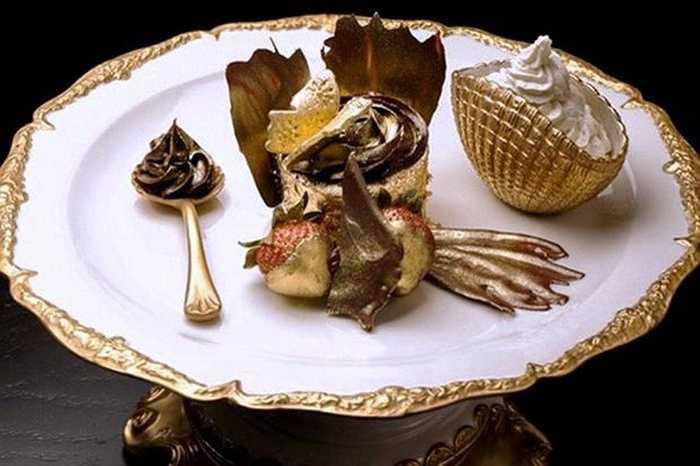 Bánh Cupcake Phượng hoàng – 1.000 USD/ cái. Cupcake Phượng hoàng có giá đắt nhất thế giới được làm từ sô-cô-la Amedei Porcelena loại đặc biệt và đậu Uganda thượng hạng. Hơn thế nữa, lớp bên ngoài của chiếc bánh còn có những lá vàng mỏng.