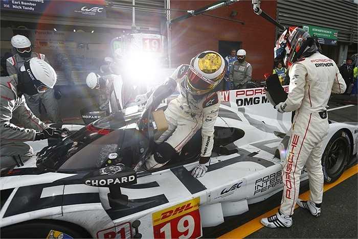 8 tay đua chuẩn bị kỹ lưỡng cho ba phiên bản xe đua Porsche 919 Hybrids. Việc phối hợp một cách hoàn hảo giữa ba chiếc xe tạo ra thách thức lớn cho toàn đội.