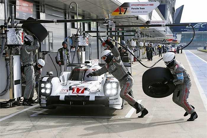 Với chiều dài 13,6 km của mỗi vòng đua Le Mans, Porsche 919 Hybrid tiêu thụ 4,76 lít nhiên liệu, đồng nghĩa với việc xe chạy được tối đa 14 đến 15 vòng. Hai thợ máy được phép thực hiện việc tiếp nhiên liệu, trong khi người còn lại phải sẵn sàng sử dụng bình cứu hỏa và tắt van tiếp nhiên liệu trong trường hợp cần thiết.