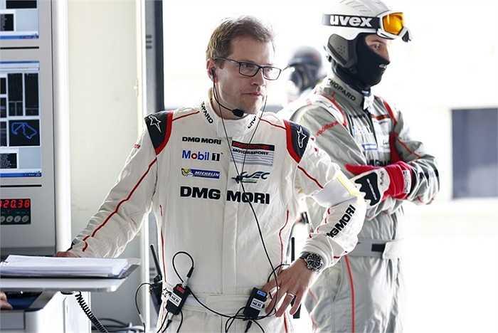 Giám đốc đội đua, Andreas Seidl sử dụng kênh radio kỹ thuật của Porsche để liên lạc với các tay đua và các kỹ sư động cơ. Theo đó, ông phải quản lý tất cả mọi việc: ý kiến của tay đua, tình trạng kỹ thuật của xe, loại lốp, chiến thuật dừng tại khu vực kỹ thuật, kể cả việc quan sát điều kiện thời tiết và đối thủ.