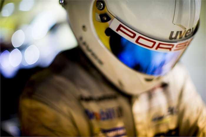 Đơn vị thời gian trong cuộc đua là phần trăm của giây. Sau khi tách bánh ra khỏi xe, đội đầu tiên nhanh chóng lui về nhà để xe và tháo bánh ra, chuẩn bị bánh mới và xoay vít. Kỷ lục thay bánh xe của Đội Đua Porsche là 19 giây. (Trần Anh)