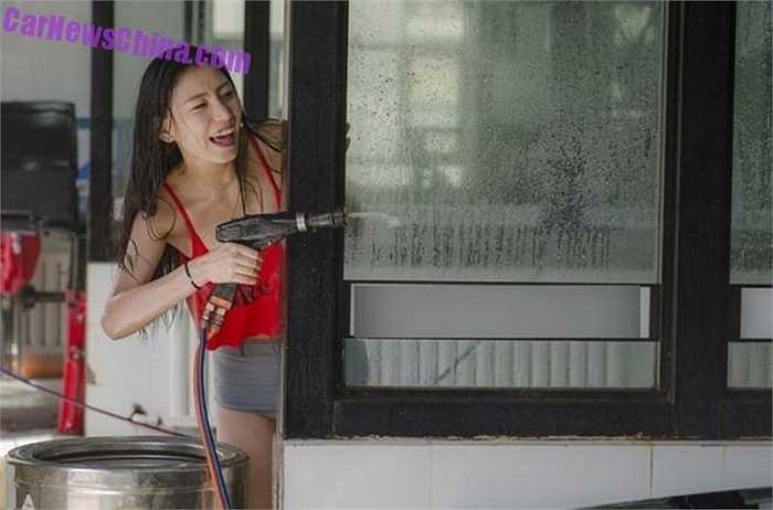 Những cô gái cao ráo như người mẫu mặc quần áo tắm màu sắc và rửa những chiếc xe cao cấp, với người lái có thể ngồi nguyên trong xe hoặc ra ngoài uống trà và ngắm thợ rửa xe.