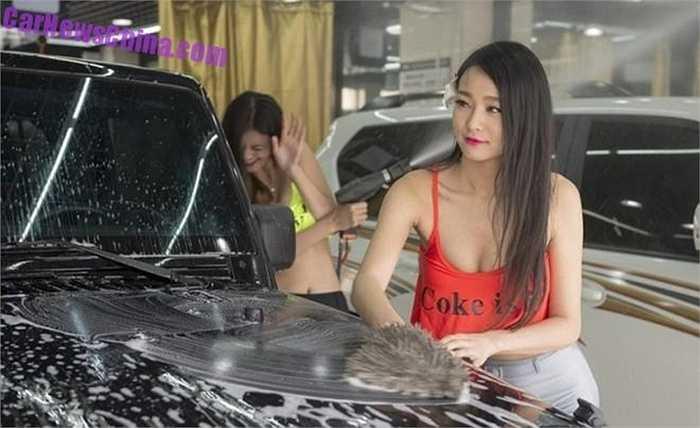 Với giá mỗi lượt rửa xe không hề rẻ, những chiếc xe tới đây đều của nhà giàu tại Tân Cương và cũng đều là xe xịn có giá bán tại Trung Quốc lên đến hàng trăm nghìn USD.