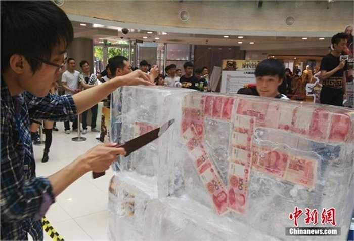 Một cửa hàng điện tử ở Trung Quốc đã ''đông lạnh' các tờ tiền với mệnh giá 100 nhân dân tệ thành tảng băng sau đó cho khách rút thăm trúng thưởng