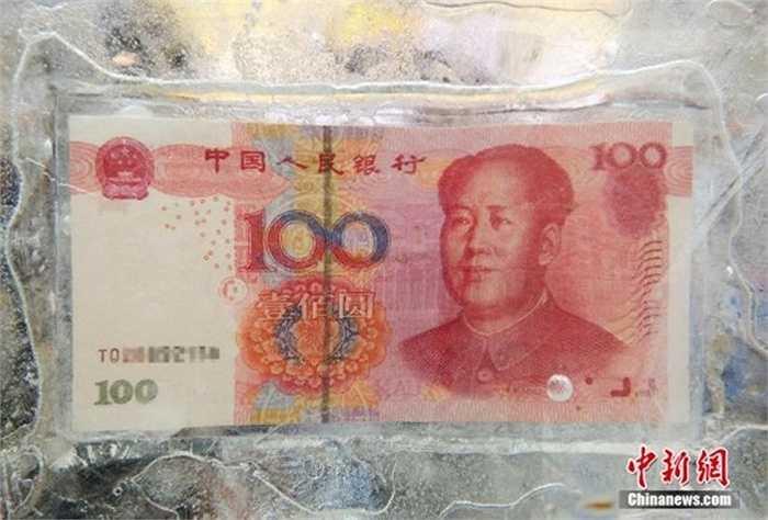 Những vị khách may mắn sẽ có cơ hội trúng thưởng và dùng dụng cụ phá băng và lấy tờ tiền