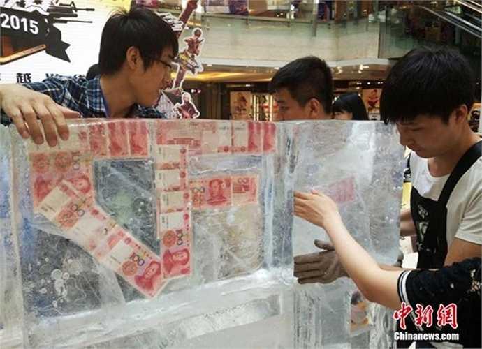 Sự kiện này đã thu hút sự quan tâm của nhiều khách hàng. Những khách hàng hiếu kỳ đã cố gắng bốc thăm để có cơ hội phá băng lấy tiền trong đá lạnh