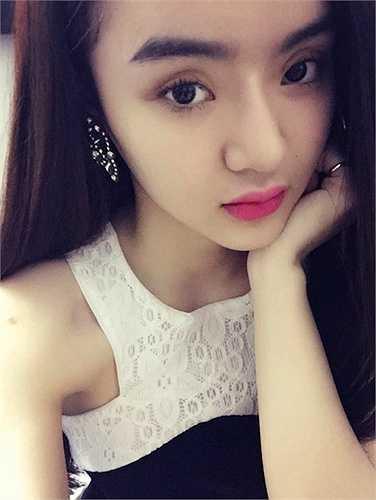 Em gái hot girl Angela Phương Trinh là Phương Trang, nổi bật với khuôn mặt baby và phong cách gợi cảm giống chị