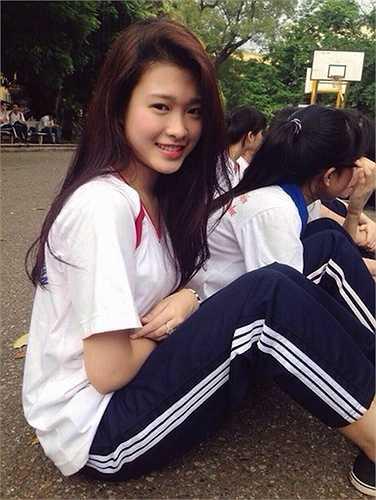 Ngọc Diễm xinh đẹp trong bộ đồng phục sinh viên. (Nguồn: Dân Việt)