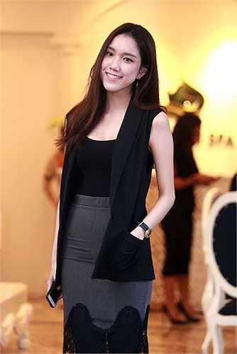 Em gái hoa hậu Thùy Lâm là Nguyễn Thùy Linh (sinh năm 1991)