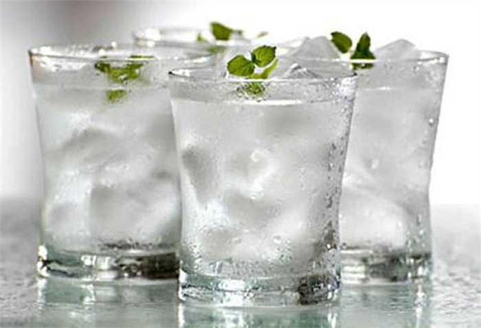 Uống nước đá lạnh: Theo lý giải của các chuyên gia, trong nước lạnh, các phân tử đang tích hợp rất khó thấm vào tế bào nên sau khi uống, cơn khát vẫn không được giải quyết mà còn ảnh hưởng đến sự hấp thụ nước của các tế bào.