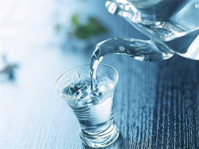 Chỉ đợi khát mới uống nước: Khi đó cơ thể chúng ta mất đi một lượng nước khá lớn, ảnh hưởng đến quá trình trao đổi chất. Nếu tình trạng này kéo dài có thể gây cô đặc máu, ảnh hưởng đến tim, gây đột quỵ...