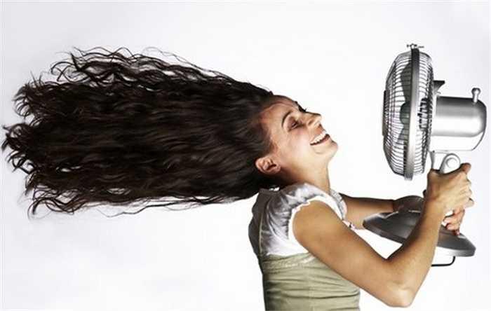 Nhiều người có thói quen đặt quạt điện sát người nhưng không biết rằng ở vùng da được quạt thổi vào, mồ hôi bốc hơi nhanh, nhiệt độ ngoài da giảm so với phần da không có gió. Sự chênh lệch trên dẫn đến đau đầu, choáng váng.