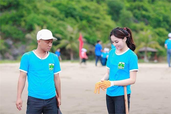Sau khi kết thúc buổi lễ phát động, Kỳ Duyên cùng cả đoàn thanh niên tình nguyện di chuyển ra 1 bãi tắm ở đảo Cát Bà để cùng các bạn tình nguyện dọn dẹp rác dọc phía bờ biển.