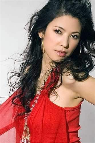 Trần Minh Chân: Người đẹp họ Trần từng là ngọc nữ màn ảnh Đài Loan trong thập niên 1990. Cô có vẻ đẹp ngây thơ, mái tóc dài thướt tha. Nữ diễn viên sinh năm 1967 được người hâm mộ ví von là 'tình đầu trong mơ'. Cô công khai tình cảm với tài tử Trần Tuấn Sinh nhưng cuộc tình này là sai lầm lớn nhất trong cuộc đời người đẹp.