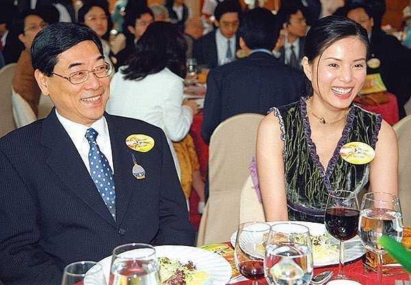 Khi đang ở đỉnh cao sự nghiệp, cô công khai tình cảm với triệu phú Hong Kong Quách Ứng Tuyền. Khi Quách Ứng Tuyền phá sản, Nhược Đồng vẫn một lòng với đại gia này. Thế nhưng sau khi ổn định được kinh tế vào năm 2008, thay vì cho một danh phận chính thức, Quách Ứng Tuyền lại kiên quyết đòi chia tay Lý Nhược Đồng. Dành 10 năm cho một mối tình đầy sóng gió, Lý Nhược Đồng mất trắng khi bị bỏ rơi. Ở tuổi U50, cô đã quay trở lại với showbiz nhưng sống đơn độc không chồng, không con, chỉ nhận cháu gái