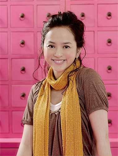Diệp Uẩn Nghi: Vào nghề năm 15 tuổi, Diệp Uẩn Nghi được xem là 'hiện tượng' của làng giải trí Hong Kong. Năm 1995, giữa lúc sự nghiệp đang thuận buồm xuôi gió với rất nhiều cơ hội, cô quyết định 'lấy chồng bỏ cuộc chơi', kết hôn với đại gia đồ chơi Trần Bách Hạo.
