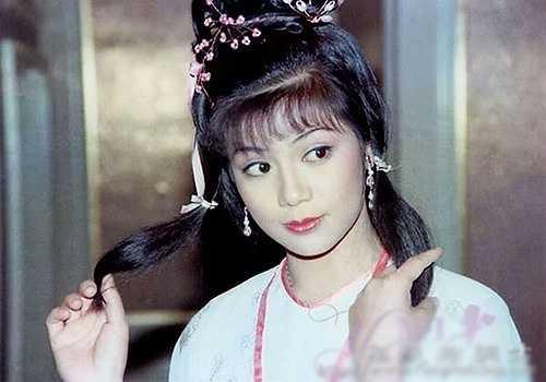 Ông Mỹ Linh: Mỗi khi nhắc tới Anh hùng xạ điêu, khán giả đều nhớ tới vai diễn Hoàng Dung do Ông Mỹ Linh thể hiện vào năm 1983. Sau vai diễn này, cô trở thành ngôi sao lớn của đài TVB và là biểu tượng mới trong làng giải trí Hong Kong. Khi nhan sắc, tài năng và chuyện tình yêu tưởng như đều viên mãn, ngôi sao nổi tiếng khiến dư luận chấn động với việc tự tử bằng hơi ga. Ông Mỹ Linh sinh năm 1959 và mất năm 1985.