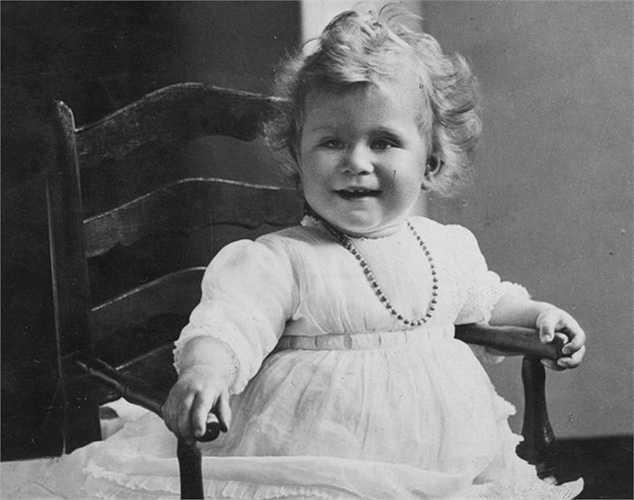 6. Nữ hoàng Elizabeth (Anh) - Đây là bức ảnh hồi nhỏ của Nữ hoàng Elizabeth nay đã 89 tuổi. Từ nhỏ, bà đã có đam mê cưỡi ngựa.