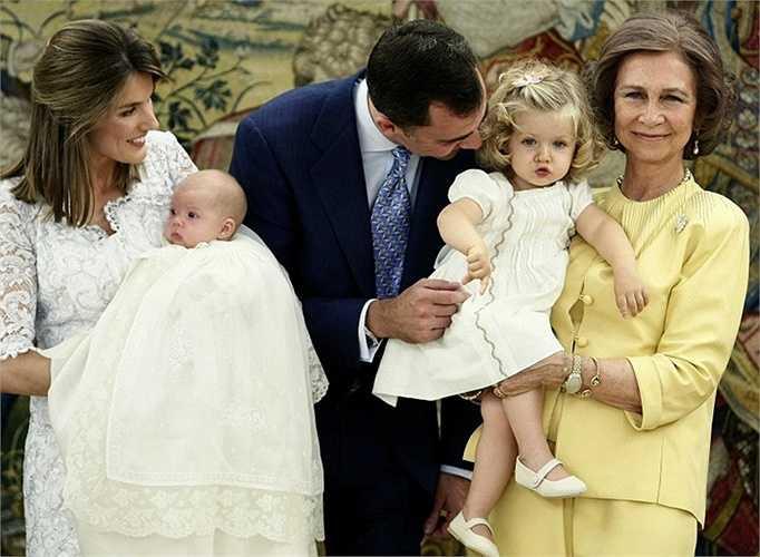 5. Công chúa Sofia và công chúa Leonor (Tây Ban Nha) là con gái của vua Felipe VI và hoàng hậu Letizia. Họ trở thành một trong những gia đình hoàng gia trẻ nhất Châu Âu khi vua Juan Carlos thoái vị ngai vàng cho con trai mình trong năm 2014.