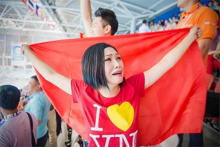 Có mặt trên khán đài cổ vũ vận động viên Judo và bơi lội thi đấu tại Sea Games 28, Phương Thanh đã bật khóc khi vận động viên Ánh Viên giành 2 huy chương vàng bơi lội.