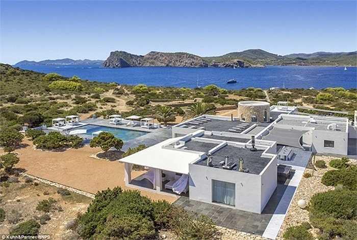 Đảo Tagomago nằm cách Ibiza (Tây Ban Nha) 5 phút đi thuyền. Đây là nơi lý tưởng để nghỉ ngơi sau khi tham gia tiệc tùng ở Ibiza