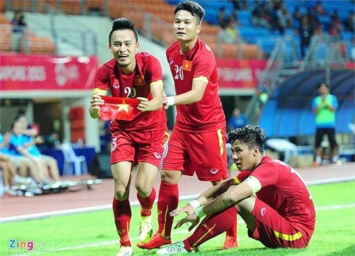 Ngay lập tức cầu thủ SHB Đà Nẵng ăn mừng bên lá cờ Tổ quốc