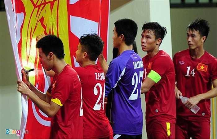 Rất vui mừng vì chiếc vé vào bán kết nên các cầu thủ U23 Việt Nam ký không ngừng nghỉ