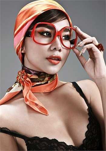 Một Thanh Hằng sexy và lạ lẫm với khăn trùm đầu và kính mắt tông cam.