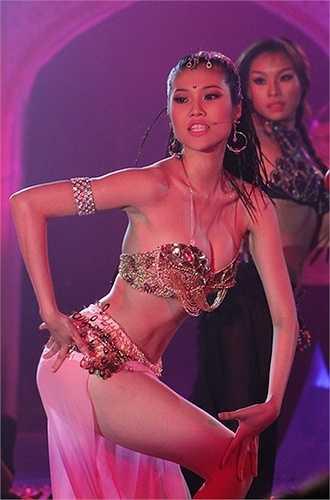 Vẻ đẹp lạ của siêu mẫu khi vào vai vũ công Ấn Độ trên sàn diễn.(Nguồn: Dân Việt)