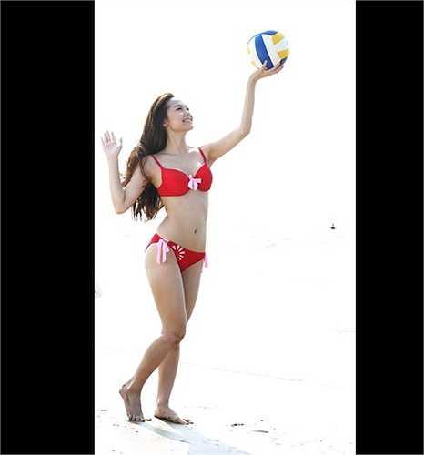 Nữ ca sỹ khoe vóc dáng tuyệt mỹ trên bãi biển.