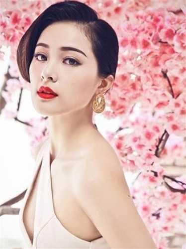 Hạ Vy sinh năm 1993, tại Hải Phòng, hiện học tại Singapore. Cô từng là mẫu ảnh của nhiều cửa hàng thời trang, tạp chí và lọt Top 10 cuộc thi Hoa hậu ảnh của báo Thế giới phụ nữ.