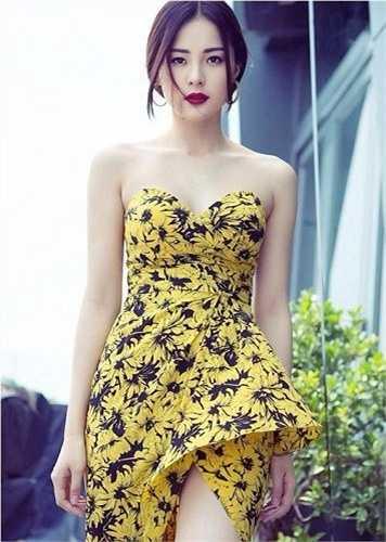 Với nhan sắc và ngoại hình đẹp, nữ sinh được nhiều người gọi là 'Phạm Băng Băng phiên bản Việt'. Hiện tại, cô thường xuyên bay về Việt Nam khi có những hợp đồng chụp ảnh hấp dẫn.