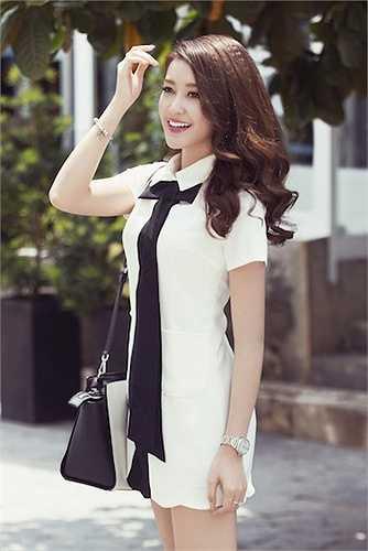 Gam màu trắng - đen, áo sơ mi và váy ngắn... là những thời trang hè được Á hậu Việt Nam 2014 yêu thích.