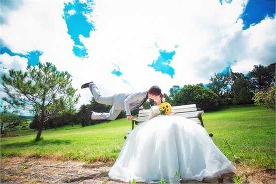 Cô dâu Tú My cho biết: 'Vì khá thân thiết với anh Dương Nguyễn nên chúng mình đi theo anh lên Đà Lạt xem trước địa điểm và chụp thử vài tấm. Khi đến đây, khung cảnh hữu tình khiến vợ chồng mình thích thú. Không chút đắn đo, cả ê-kíp quyết định thực hiện ngay bộ ảnh cưới'.