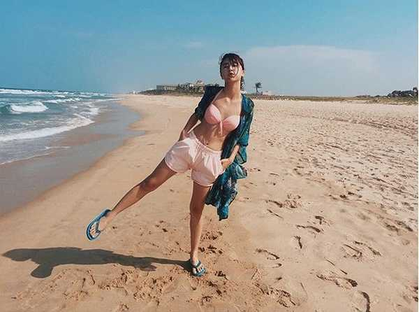 Dù có vòng 1 khá nhỏ nhắn song Quỳnh Anh Shyn vẫn không ngại diện bikini khi đi biển.