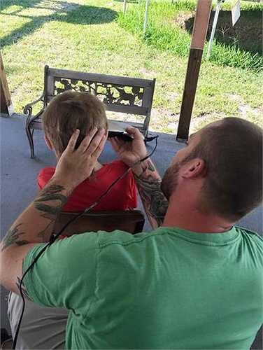 Năm nay, Christian 8 tuổi và tóc cậu bé đã dài 10 inch (25,4 cm). Bố mẹ đã giúp Christian cắt tóc và quyên góp để làm tóc giả cho những em nhỏ đang điều trị bệnh ung thư.