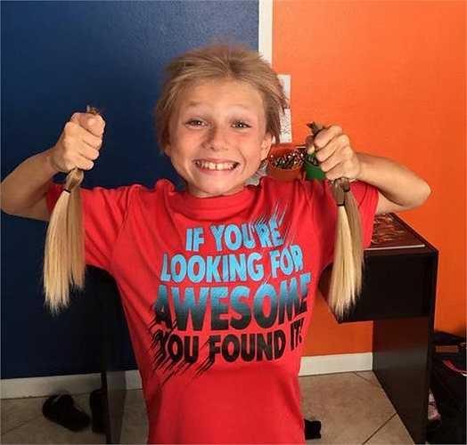Christian vui sướng khi tặng những lọn tóc mà mình đã nuôi dài để tặng các bạn nhỏ bị ung thư.