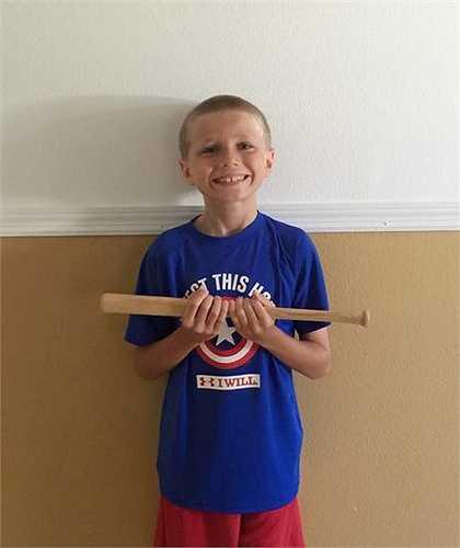 Ngoài việc quyên tặng tóc, Christian còn đóng góp rất nhiều đồ chơi và cả quần áo của mình cho những bạn nhỏ kém may mắn.