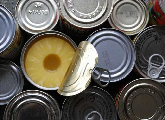 Hầu hết các đồ hộp kim loại đều có lớp sơn BPA, khả năng chất này ngấm vào thực phẩm bên trong là rất lớn. Rất nhiều nghiên cứu cho rằng nguồn ô nhiễm BPA nhiều nhất là do ngành công nghiệp thực phẩm đóng hộp đem lại.