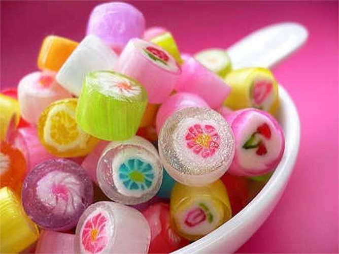 Bánh kẹo ngọt chứa axit béo hay còn gọi là trans fat có thể làm giảm sự tiết nội tiết tố nam, tác động tiêu cực đến hoạt động của tinh trùng, gián đoạn phản ứng của tinh trùng trong cơ thể.
